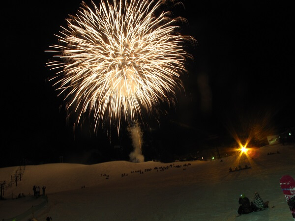 雪上花火&たいまつ滑走&振る舞い「竜王ファイヤーナイト」【竜王スキーパーク】